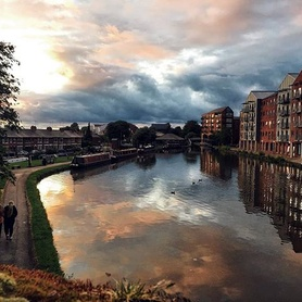 Stunning picture of our student residence and the canal by our student and guest photographer @daniel_pieruzzini . . . .  #chester #chestercanal #gardenquarter #englishinchester #studyabroad #discover #explore